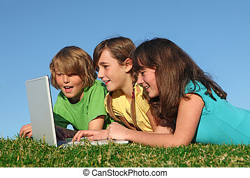 Eine Gruppe Kinder mit Computer im Internet