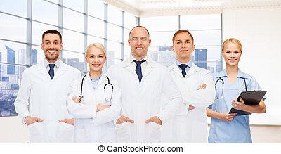 Eine Gruppe lächelnder Ärzte mit Klemmbrett.