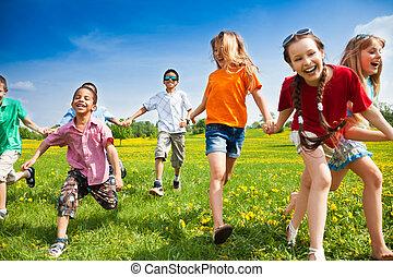 Eine Gruppe laufender Kinder