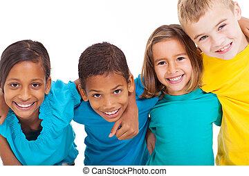 Eine Gruppe multiracialer Kinder