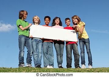Eine Gruppe Sommercamp-Kinder mit Schild