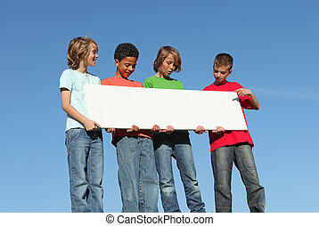 Eine Gruppe verschiedener Kinder mit weißen Zeichen