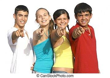 Eine Gruppe verschiedener Kinder oder Teenager, die zeigen
