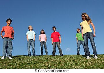 Eine Gruppe verschiedener Kinder