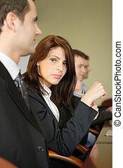 Eine Gruppe von Geschäftsleuten am Konferenztisch