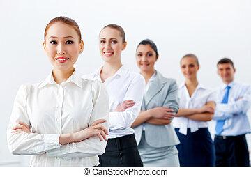 Eine Gruppe von Geschäftsleuten, die in Reihe stehen