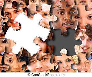 Eine Gruppe von Geschäftsleuten in Stücken eines Puzzles