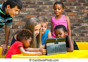 Eine Gruppe von Kindern, die auf eine Tafel schauen.