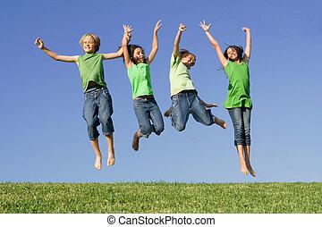 Eine Gruppe von Kindern springt nach dem Sieg
