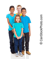 Eine Gruppe von Kindern steht zusammen