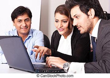 Eine Gruppe von Menschen aus der Rasse, die sich treffen, eine inidane Geschäftsfrau, die sich mit jungen Geschäftsleuten trifft.
