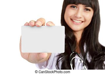 Eine junge Ärztin mit Visitenkarten