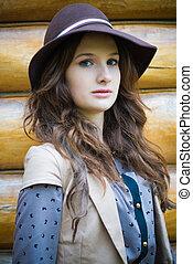 Eine junge, elegante Frau mit Hut