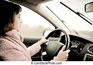 Eine junge Frau, die im Regen Auto fährt