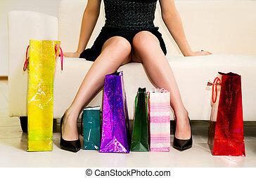 Eine junge Frau mit Einkaufstüten