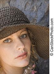 Eine junge Frau mit Hut.