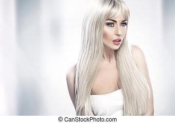 Eine junge Frau mit langen blonden Haaren.