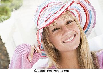 Eine junge Frau mit Strohhut