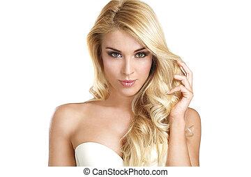 Eine junge schöne Frau mit blonden Haaren