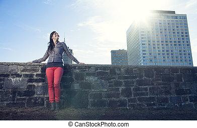 Eine junge Schönheit, die sich über die Stadt ausdrückt.