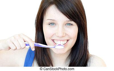 Eine lächelnde Frau, die sich die Zähne putzt