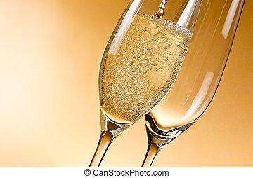 Eine leere Glas Champagner und eine gefüllt