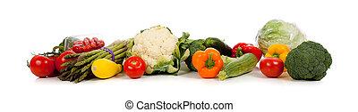 Eine Reihe von Gemüse auf weiß.