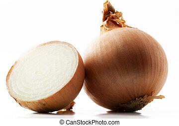 Eine Zwiebel und eine halbe Zwiebel auf weißem Hintergrund