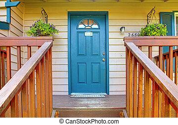 Eingangstür mit blauer Tür.