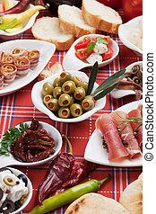 Eingelegte Oliven mit anderen Antipasto-Essen