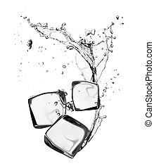 Eiswürfel mit Wasserspritzer, isoliert auf weißem Hintergrund