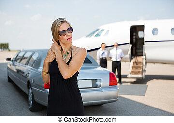 Elegante Frau am Flughafenterminal