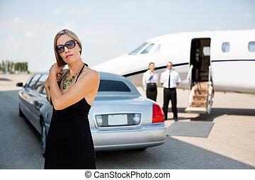 Elegante Frau, die Haare am Terminal macht.