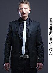 Eleganter gutaussehender Mann mit grauem Hintergrund