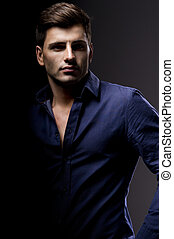 Eleganter junger, gutaussehender Mann. Studio-Modenporträt.