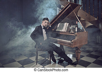 Eleganter junger Mann mit Klavier