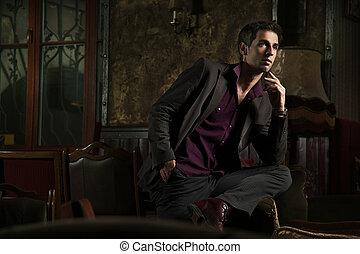 Eleganter Mann in einem stilvollen Interieur.