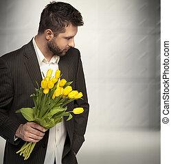 Eleganter Mann mit Blumen.