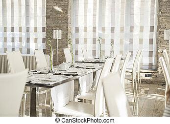 Eleganter Tisch in einem modernen Speisesaal.
