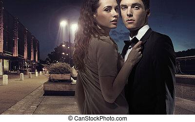 Elegantes junges Paar mitten in der Nacht