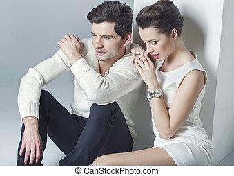 Elegantes Paar hat eine Pause.