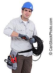 Elektriker bereitet Kabel vor