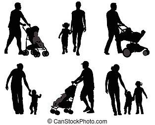 Eltern laufen mit ihren Kindern.