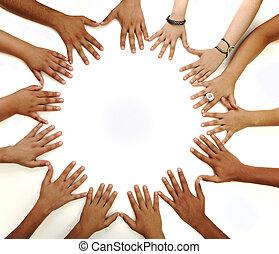 Empfängtes Symbol für multiraziale Kinderhände, die einen Kreis auf weißem Hintergrund mit einem Kopierraum in der Mitte bilden