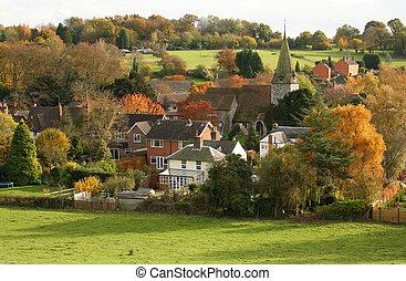 Englisches Dorf mit Kirche im Herbst