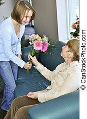 Enkelin besucht Großmutter