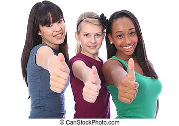 Erfolg für den ethnischen Mix von drei Studenten-Freundinnen