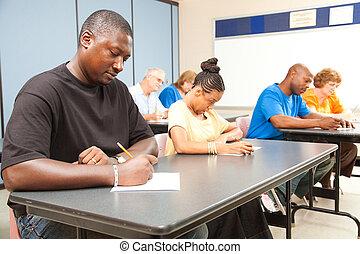 Erwachsene Studenten machen einen Test