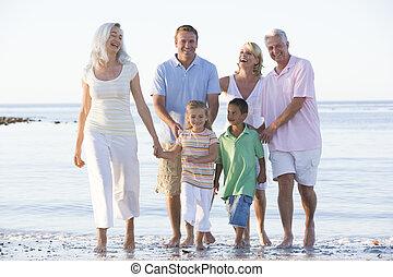 Erweiterte Familie am Strand lächelnd