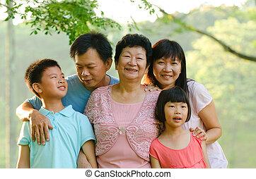 Erweiterte Familie, die draußen lächelt